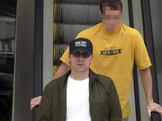 组图:出柜后凯文·史派西与男子约会 野外搂抱举止亲密