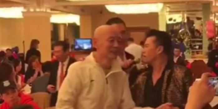 62岁葛优低调出席酒宴 身形削瘦微笑与众人握手