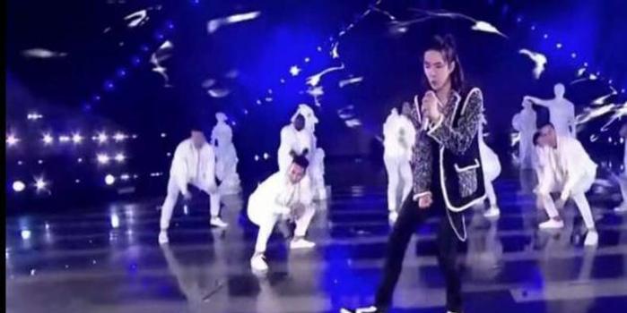 王一博跨年水中唱跳 舞蹈用力踩黑地板