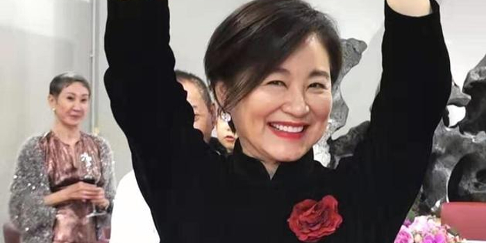 林青霞65岁庆生照曝光 黑色长裙优雅笑容灿烂