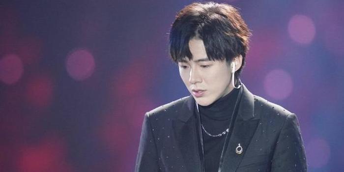 从素人到歌手争议不断 刘宇宁称成名令他眼界开阔