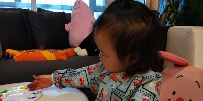 朱丹和女兒玩手繪游戲 小小丹臉蛋肉嘟嘟超可愛