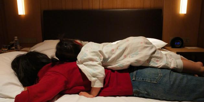 朱丹高強度工作后收獲女兒按摩:有你 媽媽扛得住