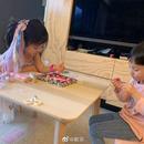 歐弟曬兩個女兒睡前萌照 姐妹倆認真擺弄玩具