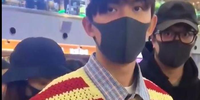 """机场遭男粉丝表白爱你哟 吴磊秒回""""我喜欢女孩"""""""