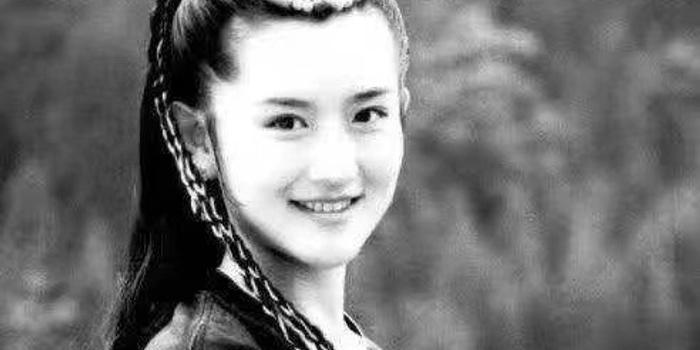 谢娜分享初次登上舞台照片 眉清目秀颇为青涩