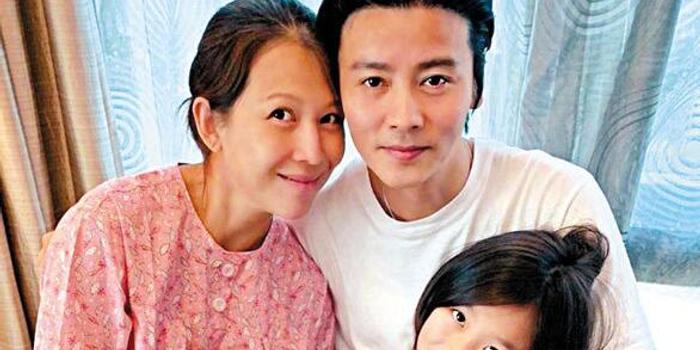 蔡少芬46岁平安产子 一家五口拍全家福报喜
