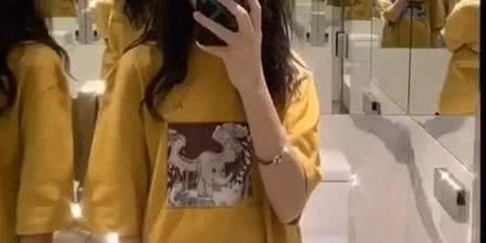 王菲女兒李嫣酒店玩自拍 卡通帥哥相伴少女心滿滿