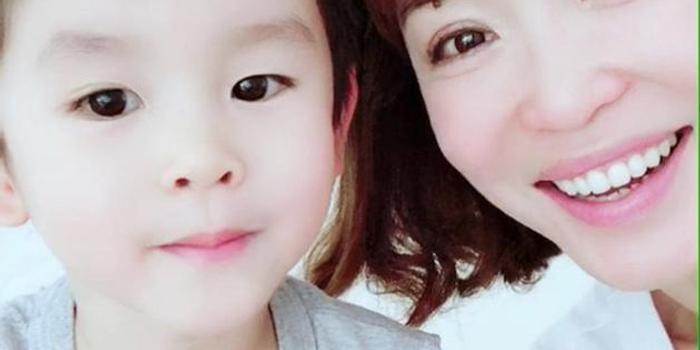 <b>范文芳晒与母亲旧照合集 网友:好想回家抱抱妈妈</b>