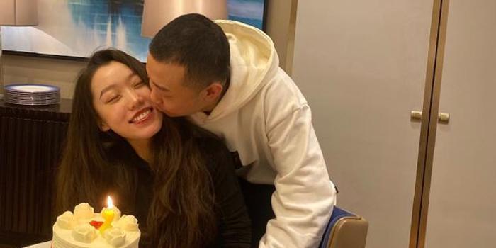 GAI周延发文为老婆庆生 拥抱亲脸颊高调秀恩爱
