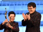 全场起立鼓掌致敬 中年女茶水工为何能拿金像奖?