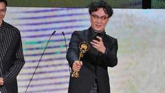 陈奕迅获大奖上台先拍照 笑称不好意思:拿很多东西走