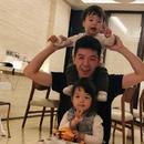 王栎鑫与儿女享受温馨时光 自侃三人是俄罗斯套娃