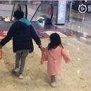 楊陽洋牽兩妹妹逛街畫面超暖 被媽媽誇讚酷哥哥