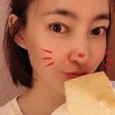 王麗坤過生日心情大好 手捧一碟蛋糕自拍休閒居家