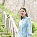 佘诗曼穿蓝裙戴花环眼神温柔 靠栏杆修长腿仙气足