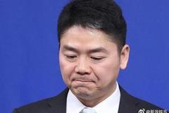 刘强东案监控视频再被曝:有人示意女方坐在刘身旁