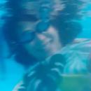 好一條美孕魚!蔡少芬挺大肚游泳身體靈活敏捷