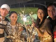 林峰绿洲晒平安夜聚会合影 和张馨月这个动作很甜