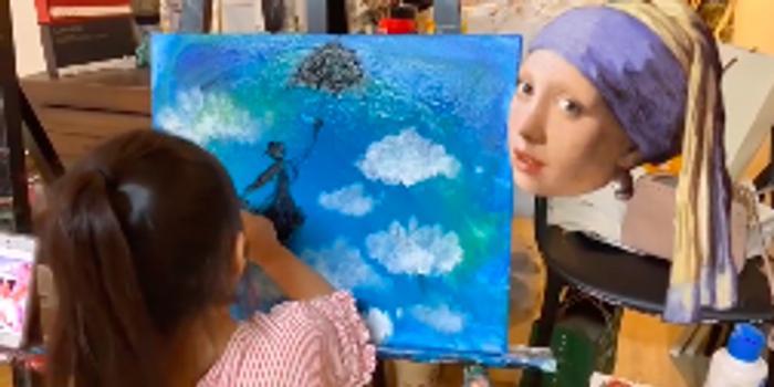 王力宏女兒嘉娜化身小畫家 背影專業發量惹人羨慕