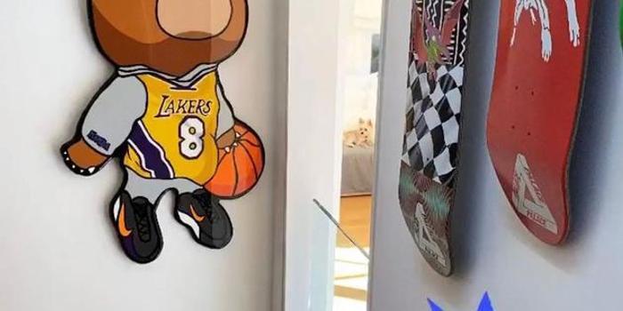 比伯购买科比熊仔球员挂饰 挂家中墙上悼念偶像