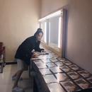 工作人員準備一大桌照片 張馨予簽名簽到手軟