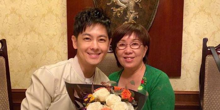 林志颖晒照庆45岁生日 妈妈冻龄双胞胎儿子超可爱