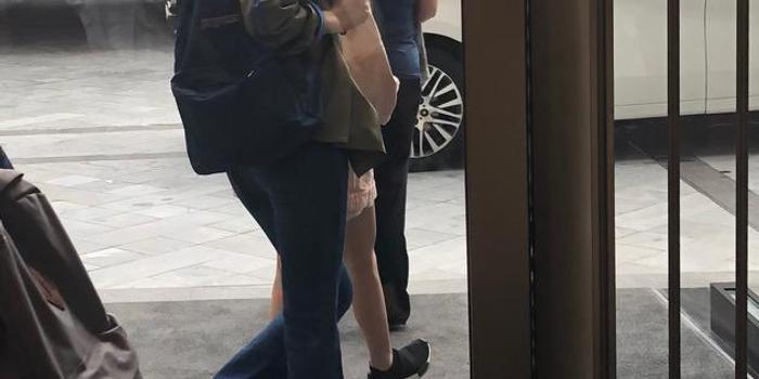 網友香港偶遇王菲李嫣 同款大長腿惹人注目