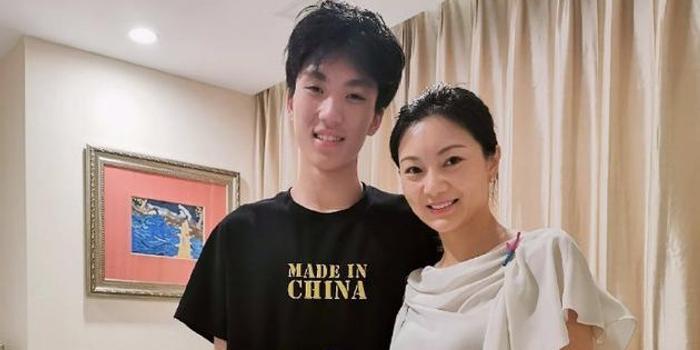 张艺谋大儿子庆18岁成人礼 妈妈陈婷发长文送祝福