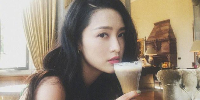 李沁雨天喝奶茶享受生活 精致妆容披肩长发很撩人
