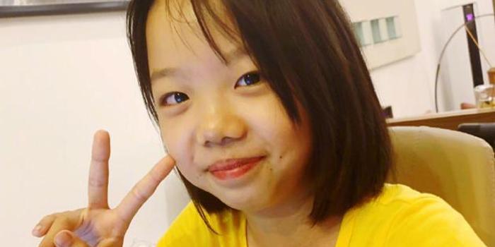 """黄晓明十一岁干女儿写小说 于正合影秒变""""迷弟"""""""