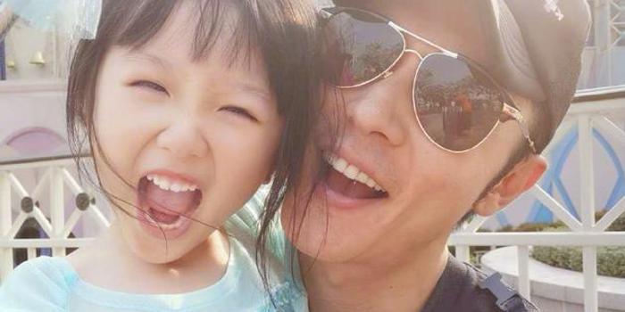 张丹峰风波后首晒与女儿合影 父女俩同款表情有爱