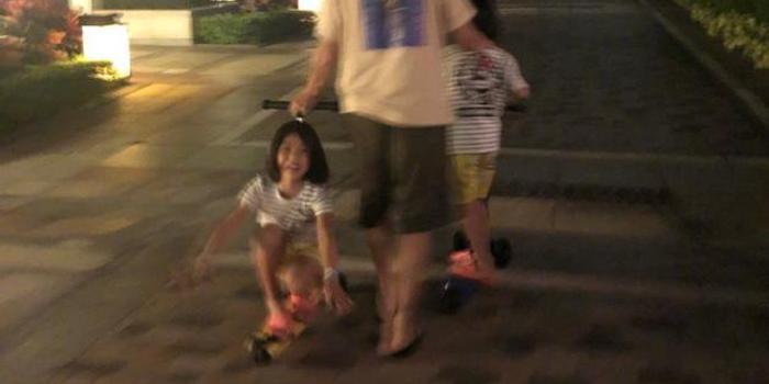 张晋陪女儿们玩滑板车 蔡少芬:我最享受的时光!