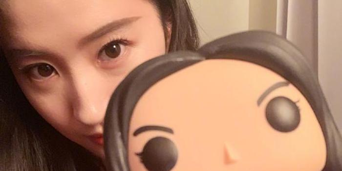 劉亦菲曬與花木蘭手辦自拍 紀念電影路演第一天