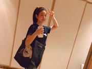 陈妍希懒理于正秒删风波 背环保袋玩自拍心情不错