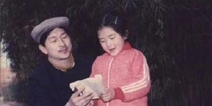 谢娜童年拿着书与父亲合照 被何炅调侃