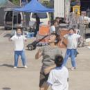 鄧超和學生們一起打球 投籃未中忍不住連連嘆氣