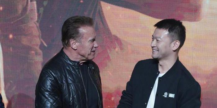 《终结者6》首映 郭帆化身粉丝为施瓦辛格送礼