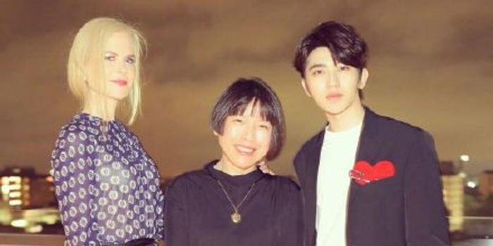 次元壁破了!蔡徐坤与妮可基德曼合影追星成功