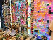 金钟铉粉丝们去SM公司楼下悼念 献花并贴满留言