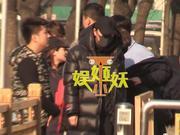 组图:贾乃亮参加春晚节目审查咳嗽不断 助理手拿一大袋药