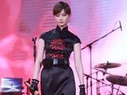 组图:李宇春微博之夜秀长腿 荣获微博年度国际影响力艺人