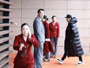 组图:黄晓明长款羽绒服亮相机场 赶赴央视春晚山东分会场