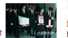金钟铉出殡SHINee成员抬棺送别 珉豪捧牌位走最前