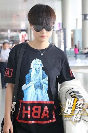 明星爱大牌:李宇春酷黑亮相机场 人像T恤个性十足