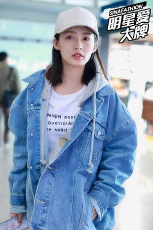 明星爱大牌:李沁告诉你女神凹造型有白T恤就够了