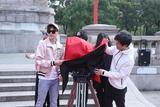 李易峰亮相新作开机仪式 粉色夹克示范初春型男穿搭