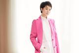 海清身穿玫粉色西装示范初春潮搭