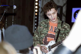 许魏洲迷彩外套现身伦敦时尚派对 吉他solo嗨燥全场