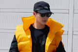 孙坚最新机场街拍 救生衣造型玩转黄黑撞色